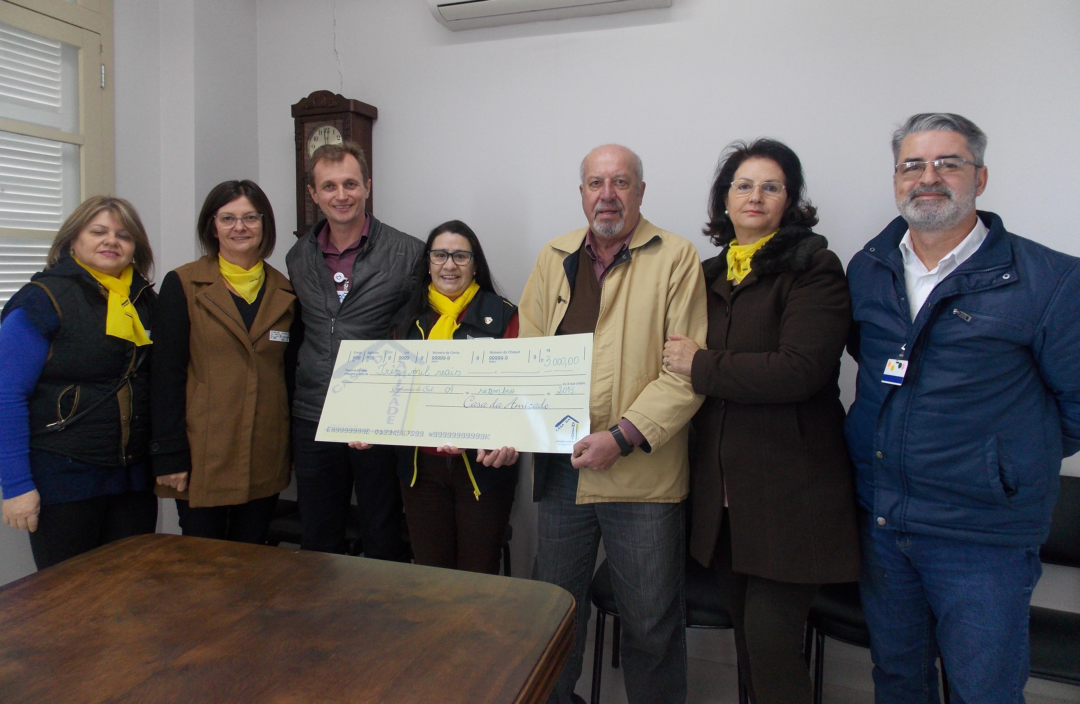 Casa da Amizade doa R$ 3 mil para o HCB.